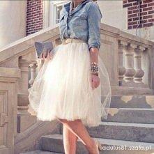 Romantyczna tiulowa spódnica i dżinsowa koszula. Ekstra!