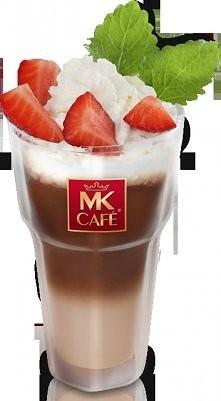 TrusKAWKOWA  Składniki: - 50-60 g truskawek, - 150 ml zimnego mleka, - 5-6 kostek lodu (może być pokruszony), - 60 ml zaparzonej kawy, - bita śmietana, - ćwiartki truskawek i li...