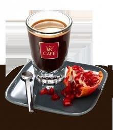 Granatowa Kawa  Składniki: - 30 ml espresso lub mocnej kawy np. mokka - dorodny owoc granatu - 2 łyżeczki miodu - kostki lodu  Przygotowanie: Do shakera wsypać lód, wlać przygot...