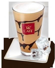 Ice Coffee z lodami waniliowymi  Składniki: - 30ml espresso lub 50ml mocnej kawy (np. mokka) - 50ml chudego mleka  - 3 kulki lodów waniliowych - 1 łyżeczka cukru - ½ szklanki lo...