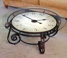 stolik z zegarem