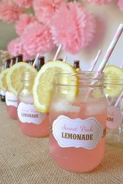 Słodko-kwaśna, różowa, pyszna. LEMONIADA my LOVE - pycha! Lemoniada to smak dzieciństwa. Swój różowy kolor i intensywny smak zawdzięcza sporej ilości soku z żurawiny. .Potrzebujesz. 1 szklankę cukru 2,5 szklanki soku cytrynowego 4 cytryny pokrojone w plasterki 1 szklankę cukru pudru 2 szklanki soku żurawinowego 1,75 litra wody mineralnej Cukier zagotuj z 1 szklanką wody. Mieszaj aż cukier się rozpuści. Wstaw do lodówki minimum na godzinę. Dodaj sok cytrynowy, cukier puder, sok żurawinowy i 1,5 litra wody. Wymieszaj. Wstaw do lodówki. Podawaj z kostkami lodu i plasterkami cytryny.
