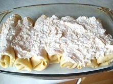 Parówki w naleśnikach z sosem serowym, przed pieczeniem.