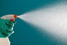 Ocet ma znakomite właściwości dezynfekujące. Wystarczy spryskać nim id czasu do czasu deski do krojenia, blaty, gąbki do naczyń, zlewy, toaletę. Spryskane rzeczy można nie zmywa...