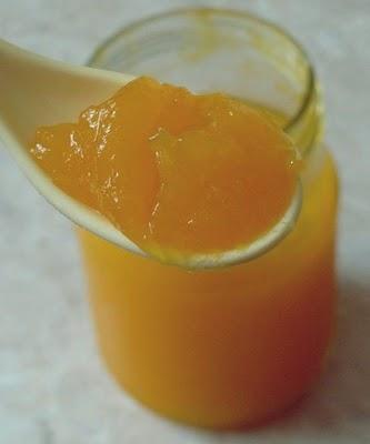 dżem dyniowo - pomarańczowy  1 kg dyni 1 pomarańcza 3 łyżki wody sok z 1 cytryny 1 łyżka skórki z pomarańczy  Dynię oczyścić z pestek i skóry, pokroić w kostkę. Pomarańczę obrać i podzielić na cząstki (wcześniej obetrzeć skórkę na tarce). Wymieszać z dynią, zalać 3 łyżkami wody i dusić na malutkim ogniu pod przykryciem od czasu do czasu mieszając. Składniki mają się rozgotować na jednolitą masę. Przetrzeć mus przez sitko, dodać cukier, sok z cytryny i skórkę pomarańczową. Smażyć do żądanej gęstości. Gotowe powidła przełożyć do słoików i zapasteryzować - 15 minut.
