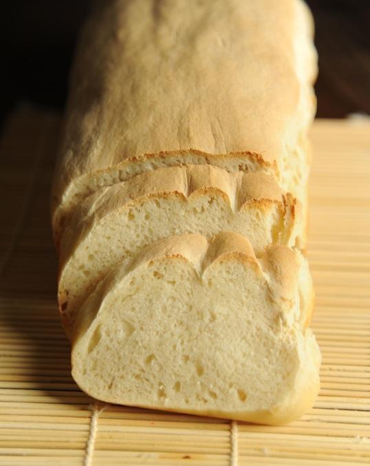 .Chleb na kefirze. .Czas przygotowania. 3 godziny .Czas pieczenia. 30 minut .Całkowity czas. 3 godziny 30 minut .Porcje. 1 .Składniki. 450 g mąki pszennej chlebowej 150 g kefiru 2 łyżeczki soli 1,5 łyżeczki suszonych drożdży 125 ml ciepłej wody .Instrukcja. .1. Pomieszaj ze sobą suche składniki- mąkę, sól i drożdże. .2. Wlej kefir i zacznij zagniatać ciasto. .3. Zagniataj ciasto i powoli dolewaj wodę. .4. Zagniataj i dolewaj aż zagniatane ciasto uzyska jednolitą, odchodzącą od rąk konsystencję. Od tego momentu zagniataj jeszcze kilka minut. .5. Prostokątną formę o długości 20 centymetrów wyłóż papierem do pieczenia. Umieść w niej ciasto i uklep. .6. Formę przykryj materiałową szmatką i odstaw w ciepłe miejsce na ok. 3 godziny. Ciasto powinno w tym czasie znacznie wyrosnąć. .7. Przed upływem czasu wyrastania rozgrzej piekarnik do 200 stopni. .8. Wstaw wyrośnięte ciasto chlebowe i piecz ok. 25-30 minut aż zbrązowieje z góry. .9. Wyjmij chleb z formy i papieru i odstaw do wystygnięcia.