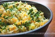 Ryż z marchewką i żółtym serem  1 woreczek ryżu 3-4 łyżki wody sól 1 łyżeczka masła 1 łyżka drobno posiekanej cebuli 2 średnie marchewki świeżo zmielony biały pieprz ½ szklanki ...