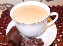 Kawa korzenna  Składniki: - 2-3 łyżeczki kawy rozpuszczalnej, - 1 szklanka mleka, - 1 szklanka wody, - 2 łyżeczki miodu, - 1 łyżeczka przyprawy do piernika  Przygotowanie: Miód ...