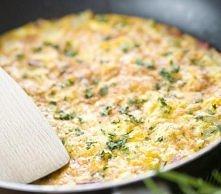 MARCHEWKOWY OMLET  Przepis Magdy Gessler   Składniki: - 5 jajek, - 2 marchewki, - koperek, - 1 łyżka masła, - sól, - pieprz  Wykonanie: Umyć i posiekać koperek. Obraną marchewk...