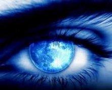 Są takie oczy, nie pozna pan po nich, że płakały. Wystarczy je otrzeć. A są takie, że płacz długo w nich stoi, nawet gdy dawno płakały. Księżycowe oczy ;)
