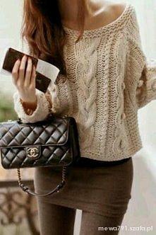Śliczny sweterek i klasyczna chanelka, bardzo fajny zestaw.
