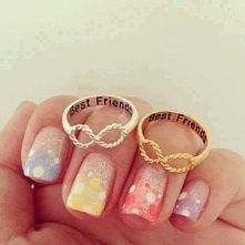 Nie wiedzialam, do ktorej tablicy przyczepic. Do biżuterii czy paznokci, ale wybralam paznokcie. Mi się bardzo podobają zarowno paznokcie jak i pierścionki <3