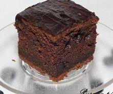 Ekspresowe ciasto czekoladowe   Czas przygotowania: 10 minut Składniki  Wymieszać na sucho: 1,5 szklanki cukru 2,5 szklanki mąki 4 łyżki kakao 1,5 łyżeczki cynamonu Wymieszać na...