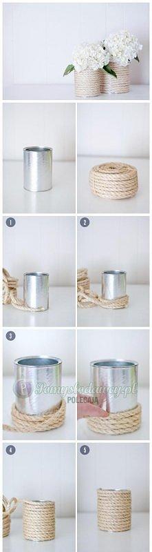 Potrzebne: Puszka Sznurek (można kupić np. w pasmanterii) Klej płynny Jak zrobić? Posmaruj klejem puszkę wokół. Owijaj sznurkiem równomiernie.