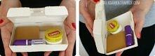 Potrzebujemy: pudełko, moje było plastikowe, ale równie dobrze może być metalowe farba akrylowa pędzelek sól klej z werniksem, tak jak do decoupage zmywacz do paznokci i waciki ...