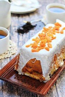 Idealny do popołudniowej kawki - kawałek ciasta jogurtowego z dżemem brzoskwiniowym