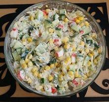Składniki: 1 szklanka makaronu w kształcie ryżu (przed ugotowaniem) 10 paluszków krabowych surimi  1 ogórek 1 puszka kukurydzy 1 mały jogurt naturalny 3 łyżki majonezu koperek s...