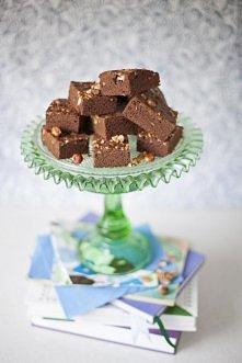 BŁYSKAWICZNE CIASTO KAWOWE Z ORZECHAMI  Składniki: - 1 szklanka cukru, - ½ kostki masła, - ¾ szklanki kakao, - 5 łyżek kawy mielonej, - 1 opakowanie cukru waniliowego, - 1 ¼ szk...