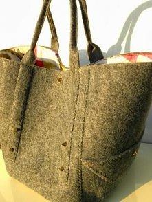 Jak uszyć torebkę z filcu- szary kuferek ze złotymi stożkami.