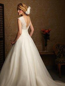 Romantyczna suknia ślubna z odsłoniętymi plecami