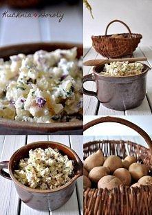 Sałatka ziemniaczana Składniki: 1 kg ziemniaków 1 duża cebula czerwona 1 duże jabłko 1/2 pęczka natki pietruszki 2 łyżki majonezu 2 łyżki jogurtu greckiego 1/2 ząbka czosnku Sól...