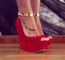 Tatuaż na nodze napis