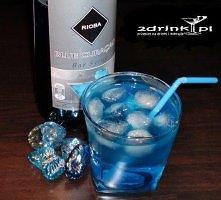 Blue Shark  Składniki:  50 ml wódki 50 ml Blue Curacao 50 ml ginu 25 ml soku ...