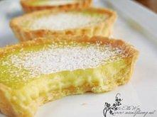 Tarta cytrynowa Ciasto 200g masła temperatury pokojowej 100g cukru pudru 1 żółtko 2 łyżki ekstraktu z wanilii 2 1/2 łyżki mleka 300g mąki szczypta soli Nadzienie 150 ml soku z c...