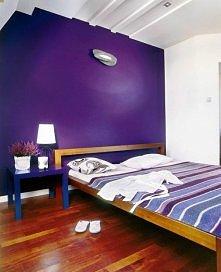 pomysł na kontrastowe kolory w sypialni