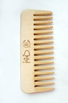 MOKRE WŁOSY CZESZEMY SZEROKIM GRZEBIENIEM  Szeroko rozstawione ząbki grzebienia pozwalają nam rozczesać włosy bez ich targania. Czeszemy zawsze zaczynając od dołu, stopniowo roz...