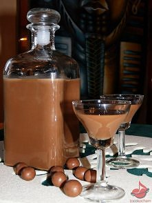 Likier Czekoladnica  Składniki: • 2 puszki mleka słodzonego • 2 gorzkie czeko...