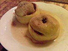 JABŁKA NADZIEWANE Z KUCHENKI MIKROFALOWEJ jabłka, ile chcecie rodzynki miód konfitury ( u mnie z rabarbaru) połówki orzechów cukier-puder i cynamon do posypania Ścinamy wierzchy...