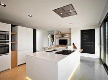 Kuchnia nowoczesna, przestronna, minimalistyczna, ale i pomysłowa - okap w suficie, podświetlana wyspa, tablica na zapiski <3