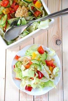 Sałatka z kurczakiem Składniki:  1 mała sałata lodowa lub pół dużej  1 ogórek szklarniowy  1 papryka czerwona  1 papryka żółta  2 pomidory  1 filet (około 300 g) z kurczaka usma...