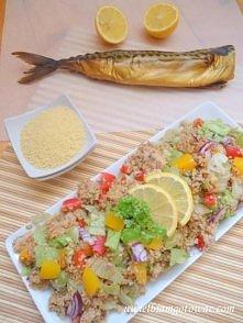 Sałatka z kuskusem i wędzoną makrelą  Liczba porcji: 2 - 3  Składniki:      1...