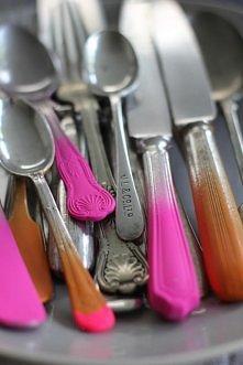 Odnawianie sztućców  1. Zalep taśmą część noża, widelca lub łyżki, której nie chcesz pomalować. 2. Za pomocą spray,u wykonaj dowolny wzór po jednej stronie sztućców. 3. Gdy wysc...