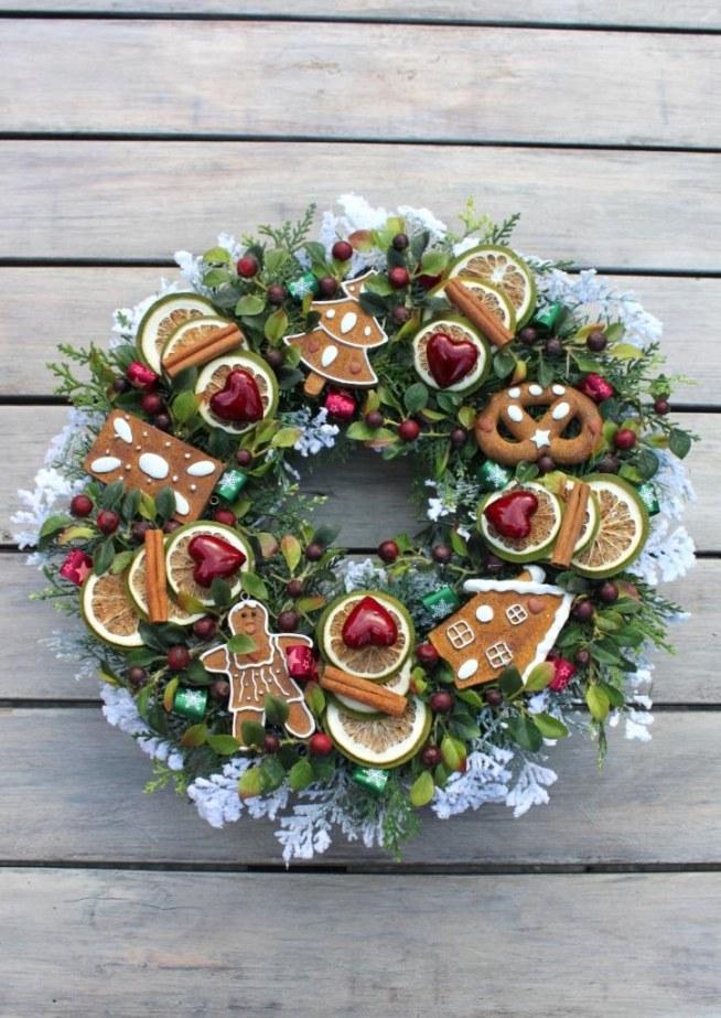 Wianek świąteczny z piernikami świątecznymi i serduszkami.Wianek w odcieniach bordo,zieleni i bieli. Dekoracja świąteczna, ozdoba do domu, na drzwi, do restauracji, do hotelu. Świąteczny dodatek, pomysł na prezent, na gwiazdkę, pod choinkę.