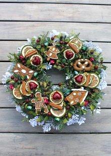 Wianek świąteczny z piernikami świątecznymi i serduszkami.Wianek w odcieniach bordo,zieleni i bieli. Dekoracja świąteczna, ozdoba do domu, na drzwi, do restauracji, do hotelu. Ś...