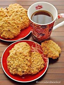 Ciasteczka owsiane Składniki na około 22 duże ciasteczka: 200g masła w temperaturze pokojowej 3/4 szklanki jasnego brązowego cukru (można użyć białego) 1 opakowanie cukru wanili...