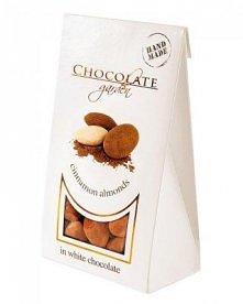 Migdały w białej czekoladzie z cynamonem jako smaczny dodatek do kawy lub her...