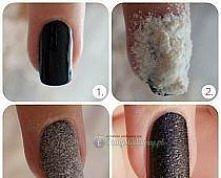 Na świeżo pomalowane paznokcie sypiemy mąkę i czekamy 2 sekundy i wtedy dociskamy znów czekamy 2 sek. i strzepujemy nadmiar mąki . Malujemy jeszcze jedną warstwę lakieru i włala