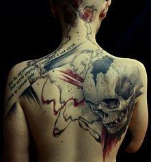 czaszka tatuaż na łopatce
