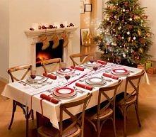 Piękna aranżacja całego wnętrza. Skromny stół, w tle skromnie przystrojona ch...