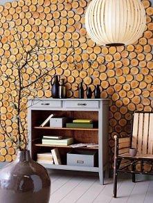 ściana z drewnianych krążków