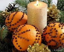 Piękna świąteczna dekoracja stołu - pomarańcze i goździki