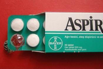10 pomysłów jak wykorzystać aspirynę.  Od razu uprzedzam. że nie pracuję dla żadnej firmy farmaceutycznej, a jestem po prostu fanem kwasu acetylosalicylowego, bo właśnie tak nazywa się związek chemiczny, który kryje się pod nazwą aspiryna.  Ale nie chodzi o nazwę chemiczną tylko o praktyczne zastosowania. I tak:  1. Usuwanie plam z potu z białych koszulek - po prostu rozpuść 2 tabletki w szklance ciepłej wody, polej poplamione miejsca i zostaw na kilka godzin, a potem wypierz.  2. Usuwanie przebarwień od chloru z włosów. Jeśli zdarzyło się wam dostać przebarwień włosów od wody w basenie to wystarczy rozpuścić 10 tabletek w szklance wody, nanieść na włosy i po około 10 minutach spłukać.  3. Pryszcze - weźcie jedną tabletkę aspiryny i rozgniećcie ją z niewielką ilością wody robiąc pastę. Tę pastę nanieście na pryszcza i pozostawcie na jakąś chwilkę. Potem zmyjcie. Aspiryna powinna załatwić bakterie powodujące zmiany skórne i pryszcz będzie na pewno mniejszy, mniej czerwony i szybciej zejdzie.  4. Jeśli chcesz żeby cięte kwiaty dłużej zachowały świeżość wystarczy dodać tabletkę aspiryny do wody na kwiatki.  5. Jeśli masz problem z łupieżem to weź skrusz 2 tabletki aspiryny i dodaj do swojego szamponu, nanieś na włosy, pozostaw na kilka minut i spłucz.  6. Jeśli pogryzły Cię komary to lekko zwilżą tabletką aspiryny pocieraj miejsce ukąszenia.  7. Użądlenia pszczół też mogą być leczone w podobny sposób, ale przy zauważeniu zmian alergicznych należy bezwzględnie udać się do leka...