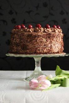 Czekoladowy tort z wiśniami  biszkopt tradycyjnie z tego przepisu  składniki na masę      mały słoik wiśni     500 g mascarpone     2 śmietany kremówki po 250 ml każda     200 g...