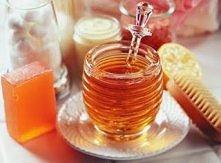 Maseczki z miodu:  1) Oczyszczająca maseczka z miodu  Do przygotowania tej maseczki potrzebujemy 1 łyżki miodu, 1/2 łyżeczki soku z cytryny oraz 2 łyżeczek mielonych migdałów. O...