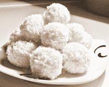 Składniki:  2 tabliczki białej czekolady 1 śmietana kremówka(330 ml) 1 kostka masła 3/4 szklanki cukru 1 opakowania suchych wafli 1 opakowanie wiórek kokosowych Wykonanie: Śmiet...
