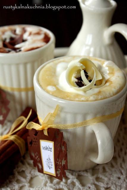 """Receptura na gorącą czekoladę """"Dark"""" (na 1 kubek): 200 ml mleka 45 g czekolady gorzkiej (min. 60% kakao) 15 g czekolady mlecznej 1 łyżeczka cukru 1/2 łyżeczki ekstraktu waniliowego (opcjonalnie może byc cukier waniliowy) szczypta cynamonu  Receptura na gorącą czekoladę """"White"""" (na 1 kubek): 200 ml mleka 45 g białej czekolady 1/2 łyżeczki kawy rozpuszczalnej 1/2 łyżeczki ekstraktu waniliowego  W obu przypadkach sposób przygotowania jest taki sam: mleko razem z pozostałymi składnikami zagotuj na średnim ogniu stale mieszając do momentu aż czekolada całkowicie się rozpuści. Przelej do kubka i udekoruj łyżką bitej śmietany (z dodatkiem cukru), odrobiną startej czekolady lub szczyptą cynamonu. Jeśli chcesz, to możesz wzmocnić smak czekolady dodając kilka kropel rumu."""